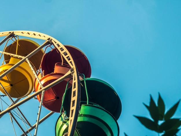 Parte da roda-gigante colorido multi contra o espaço da cópia do céu