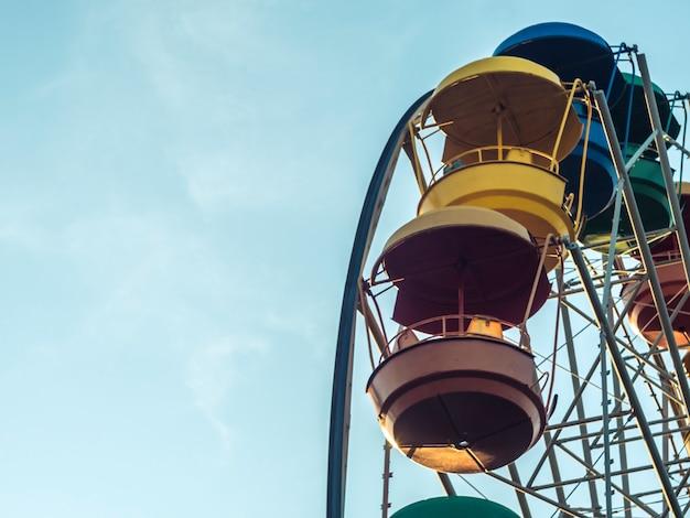 Parte da roda gigante em um dia de verão com céu de espaço de cópia