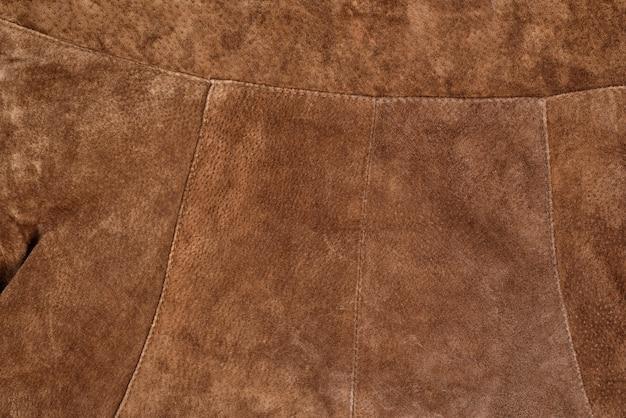Parte da roupa de camurça texturizada marrom. couro legítimo