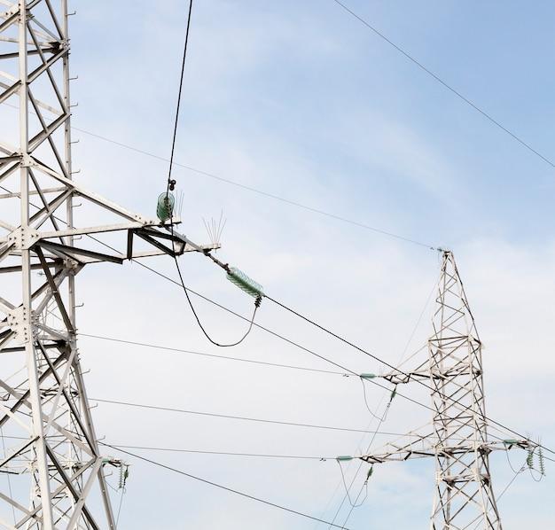 Parte de postes de metal de alta tensão com fios para transmissão de energia
