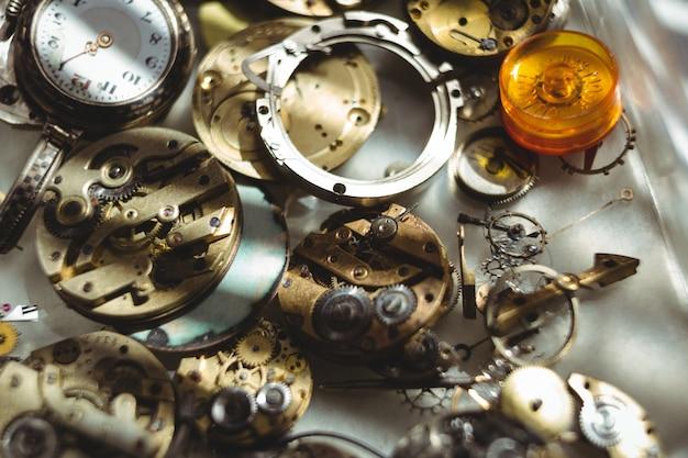 Parte de relógios na mesa