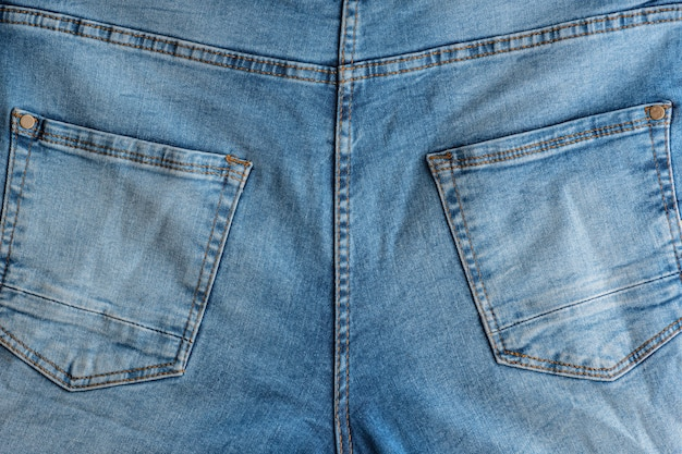 Parte de trás de jeans clássicos. tecido denim. jugo, bolsos traseiros.