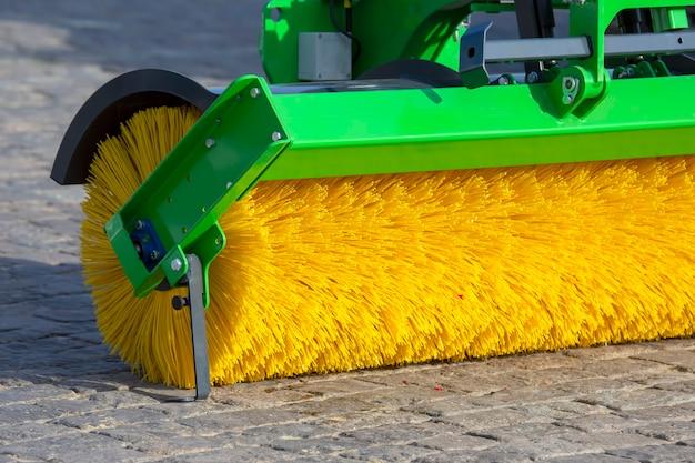 Parte de um acessório de máquina para limpar as ruas da cidade com uma escova especial de detritos e sujeira. serviço de indústria rodoviária