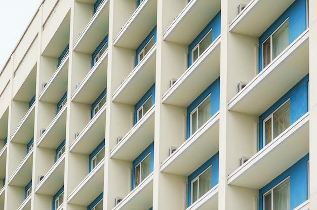 Parte de um moderno prédio de escritórios de vários andares com varandas