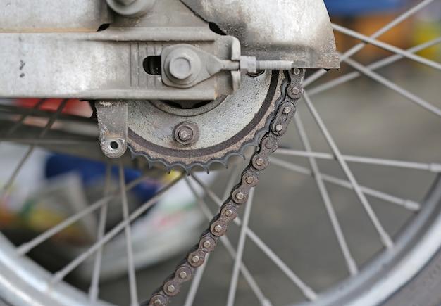 Parte de um motor de motocicleta na reparação do dano