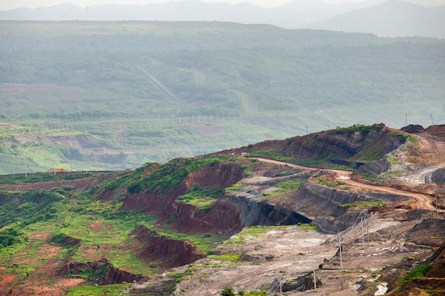 Parte de um poço com grande caminhão de mineração trabalhando
