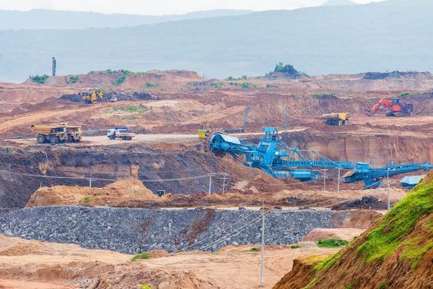 Parte de um poço com um grande caminhão de mineração trabalhando. mineração de carvão a céu aberto