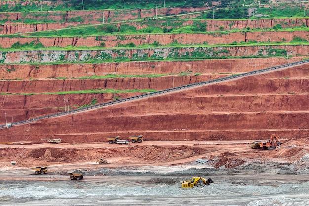 Parte de um poço com um grande caminhão de mineração trabalhando