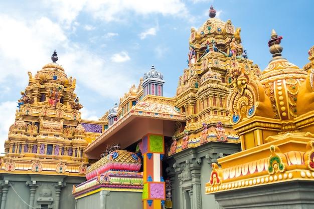 Parte de um templo indiano bonito e colorido na ilha maurícia. close em esculturas e estátuas de divindades indianas.