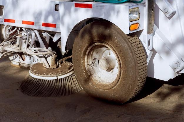 Parte de um veículo de limpeza de rua.
