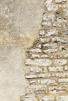 Parte de uma antiga parede de pedra arqueada
