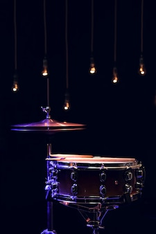 Parte de uma bateria no escuro com bela iluminação. conceito de concerto e performance.