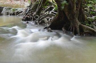 Parte de uma cachoeira tomada com uma velocidade lenta do obturador para suavizar a água