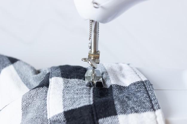 Parte de uma máquina de costura e tecido