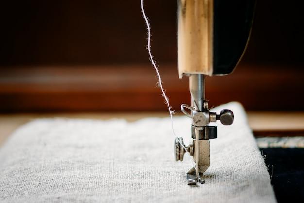Parte de uma máquina de costura vintage e item de vestuário.