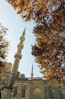 Parte de uma mesquita azul com uma torre contra o céu azul, istambul, turquia