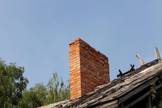 Parte destruída e detalhes da casa com parte da parede e do telhado