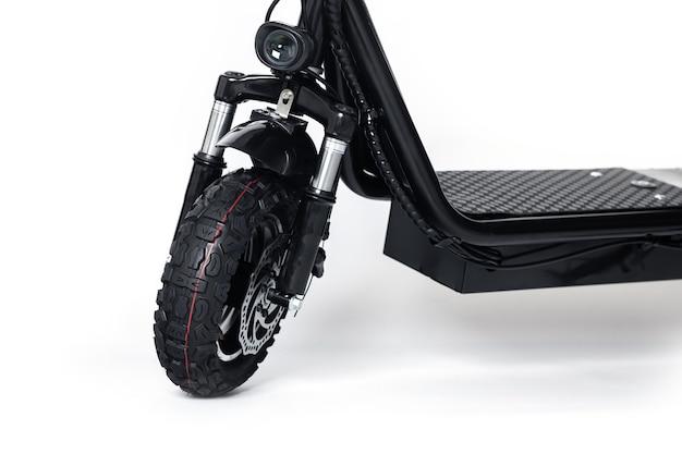 Parte dianteira da scooter elétrica, roda com banda de rodagem em branco