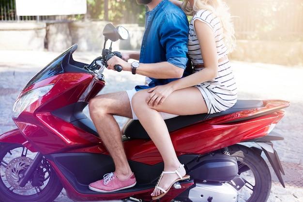 Parte do casal na motocicleta