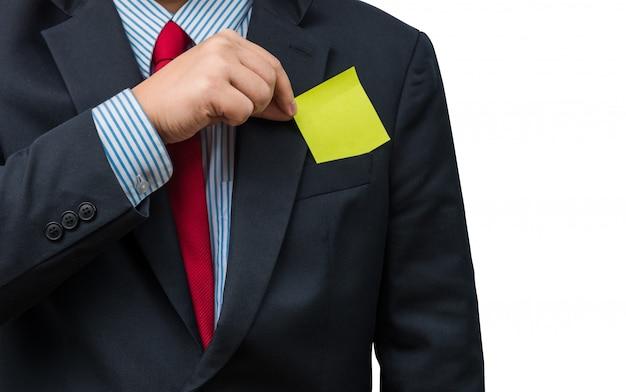 Parte do corpo do homem de negócios que tira o bloco de notas amarelo do bolso do terno de negócio