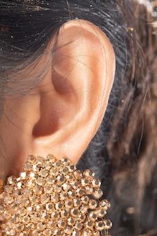 Parte do corpo do lado esquerdo da orelha feminina asiática