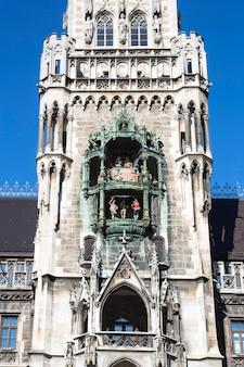 Parte do edifício medieval da câmara municipal com torres de munique, alemanha.