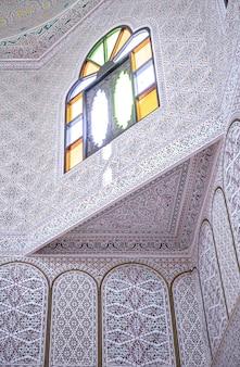 Parte do interior é em estilo oriental tradicional, com muitos ornamentos e vitrais coloridos.