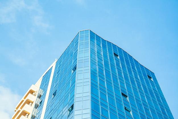 Parte do prédio com janelas de vidro contra o céu.