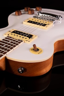 Parte frontal do corpo de uma guitarra elétrica branca.