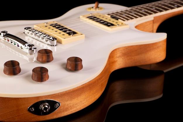 Parte frontal do corpo de uma guitarra elétrica.