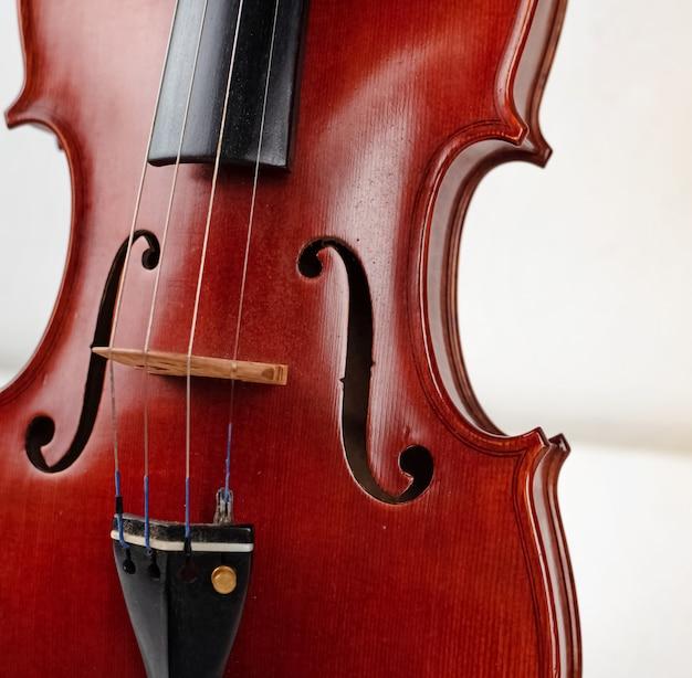 Parte frontal do violino, mostra detalhes do instrumento de cordas