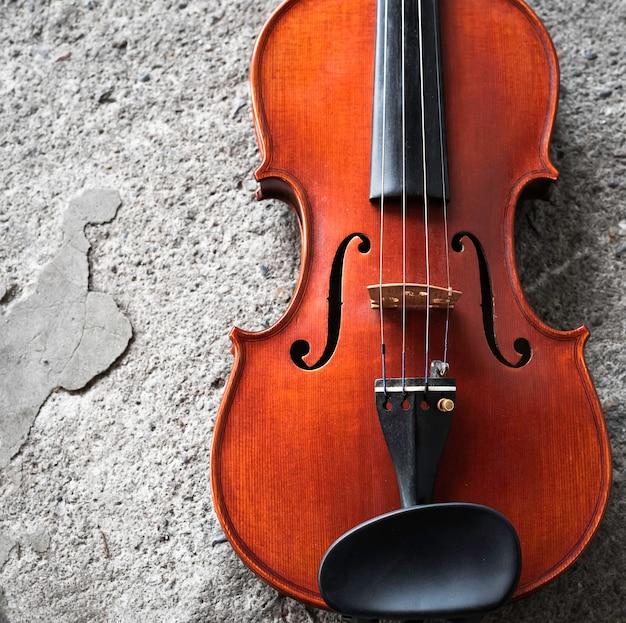 Parte frontal do violino na superfície de cimento do piso térreo do grunge
