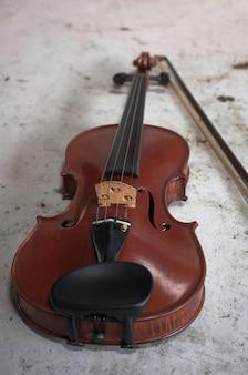 Parte frontal do violino na superfície do grunge