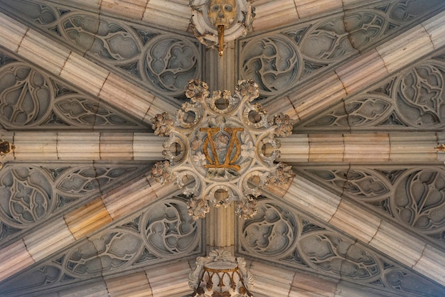 Parte inferior do arco no bairro gótico de barcelona. ponte dos bispos.