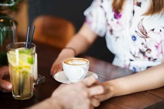 Parte intermediária de casal romântico namorando em restaurante
