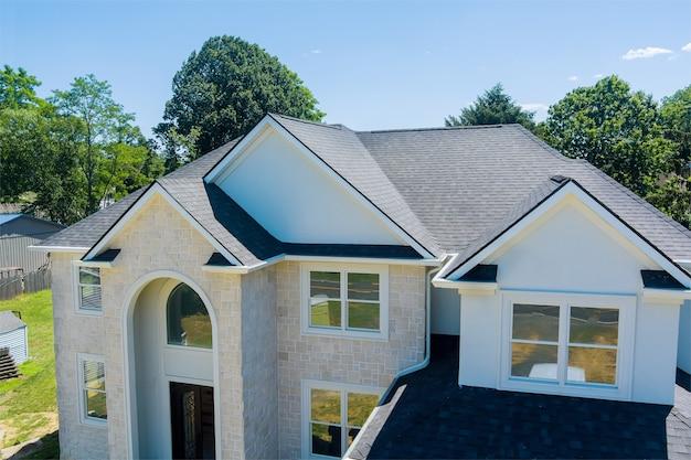 Parte no telhado da construção de um objeto residencial com vista aérea