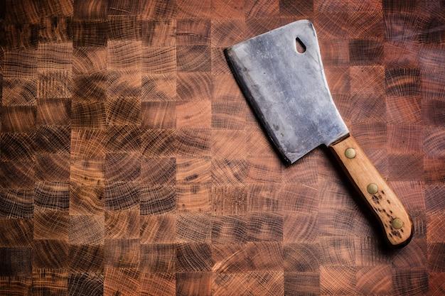 Parte superior da carne de açougueiro vintage wiev na placa de madeira.