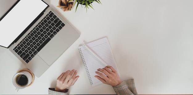 Parte superior da empresária planejando seu projeto enquanto estiver usando o laptop