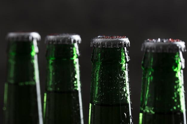 Parte superior da garrafa de cerveja de close-up