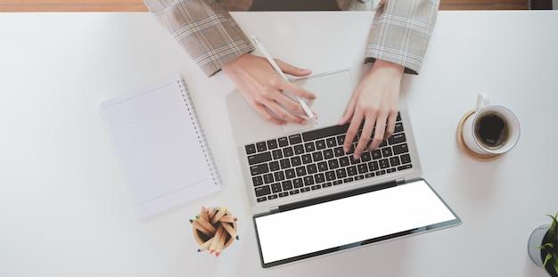 Parte superior da mão de mulher de negócios, digitando no computador portátil