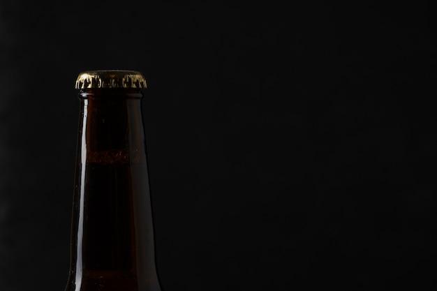 Parte superior de uma garrafa de cerveja de cópia-espaço com rolha