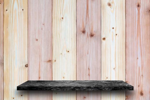 Parte superior vazia da tabela de pedra de mármore preta no fundo de madeira da parede da prancha. para exposição do produto