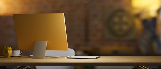 Parte traseira da área de trabalho amarela do computador com espaço de cópia na mesa de madeira com luz baixa na parede de tijolos antigos