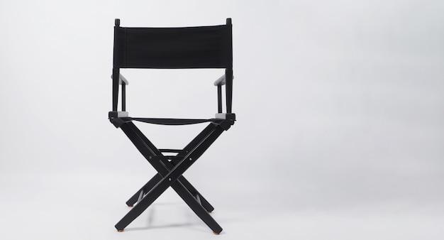 Parte traseira da cadeira de diretor preta usa na produção de vídeo ou indústria de cinema e cinema em fundo branco.
