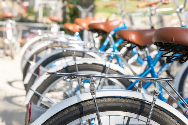 Parte traseira, de, bicicletas, estacionado, em, rua
