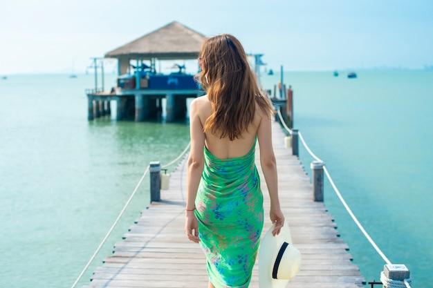 Parte traseira, de, mulher, em, chapéu branco, praia