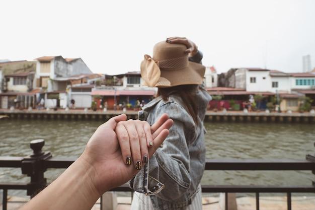 Parte traseira, de, mulher segura, mão homem, guiando, para, viagem, em, malacca, malásia