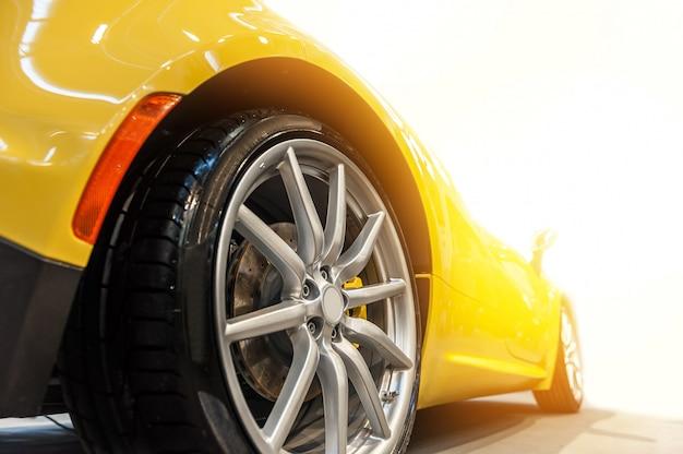 Parte traseira de um carro desportivo amarelo genérico isolado
