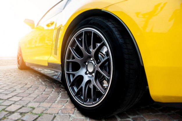 Parte traseira de um carro esporte amarelo