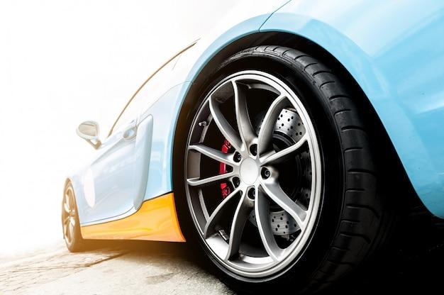 Parte traseira de um carro esporte azul